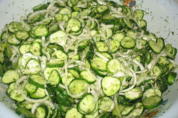 сырой салат из огурцов
