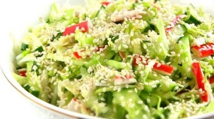 Божественно вкусный салат со свежей капустой, крабовыми палочками и свежим огурцом обязательно найдет своих поклонников за вашим столом
