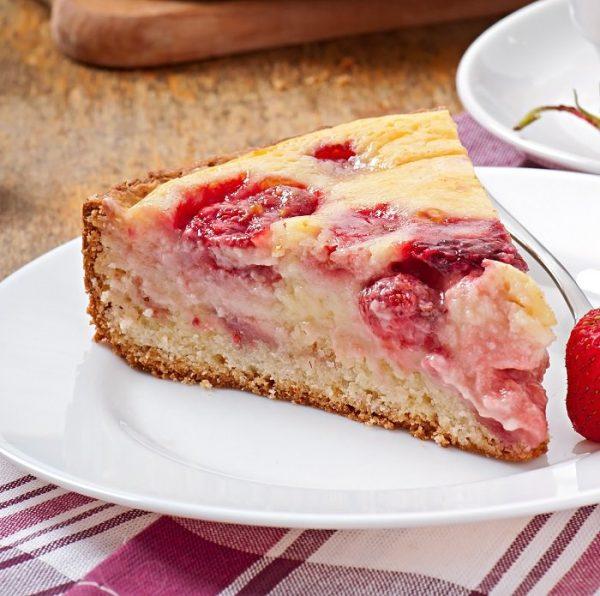 Незабываемый вкусный пирог с клубникой на 1 стакане кефира